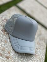 کلاه آفتابی پشت تور طوسی