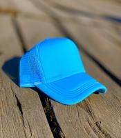 کلاه آفتابی پشت تور آبی روشن