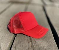 کلاه آفتابی پشت تور قرمز